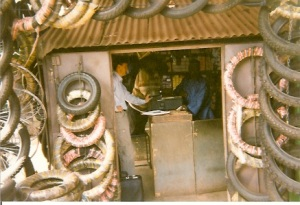 El autor vendiendo candados para bicicletas en Bamako, capital de Mali, en Noviembre de 1997.
