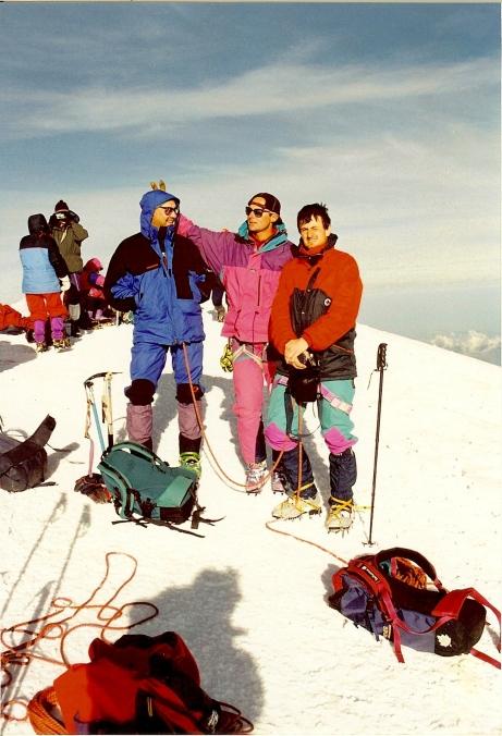 El autor en la cumbre del Mont Blanc en 1996 con Juan Luis Aguiriano (izqda.) y nuestro guía (centro).