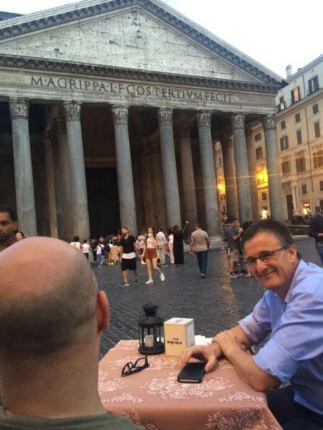 El autor con su cliente ante el Panteón en Roma